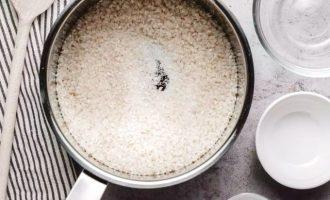 Смешайте подготовленный рис, сахар и соль в большой кастрюле.