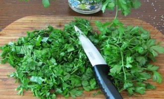 Теперь сполосните свежую зелень, выложите на полотенце, а потом мелко измельчите.