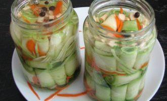 Для маринада, налейте в кастрюлю воду, всыпьте сахар, соль и прокипятите около двух минут. Теперь залейте горячим маринадом банки с овощами до самой кромки и выдержите 7-10 минут.