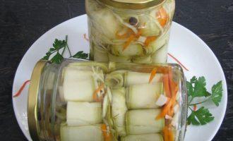 Рулетики из кабачков маринованные в зимний период пользуются спросом и используются в качестве самостоятельной закуски или как дополнение к мясным или блюдам из картофеля.