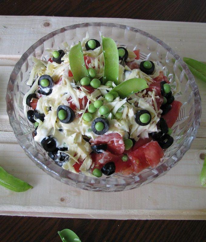 Салат из помидоров с маслинами