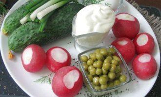 Для приготовления салата из свежего огурца и редиса вначале подготовьте все компоненты. Свежие огурчики и редис возьмите молоденькие и без горечи. Сметану 15-20% жирности, яйца сварите вкрутую.