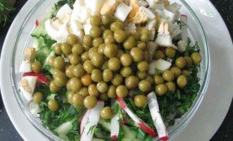 Все подготовленные овощи и яйцо переложите в салатник.