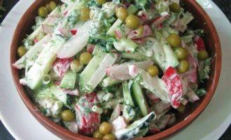 Все ингредиенты, входящие в салат из свежего огурца и редиса аккуратно перемешайте и можете подавать к столу. Весь салат подсолите, если есть в этом необходимость, но только при подаче иначе он будет выделять излишнюю жидкость.