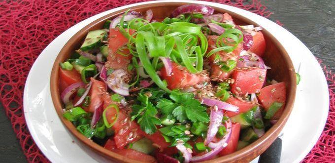 Салат из свежих помидоров, огурцов и семян льна