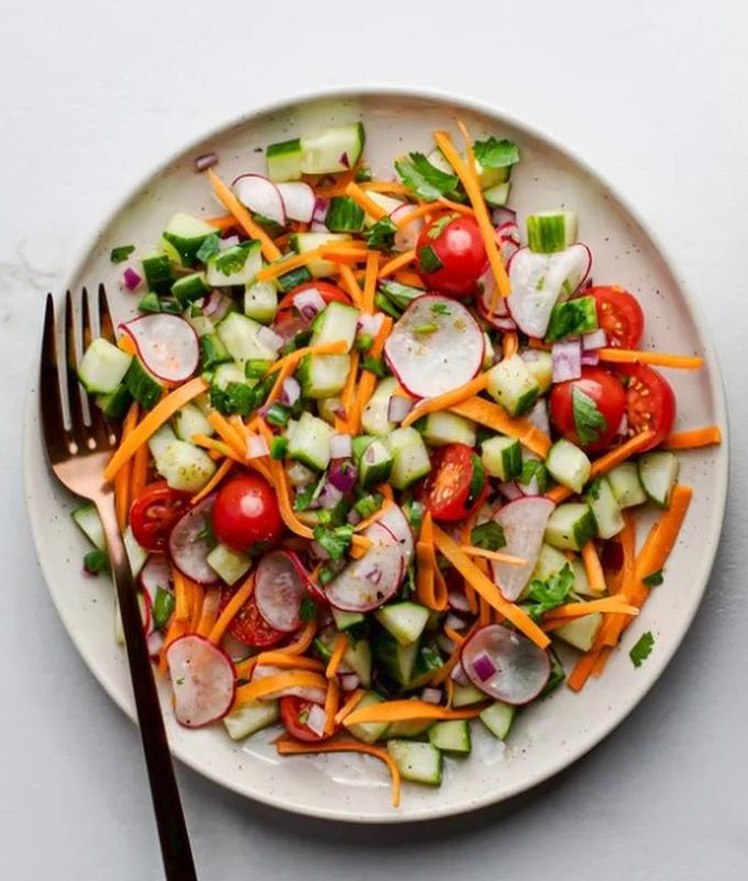 Салат из свежих помидоров, огурцов, редиса и моркови