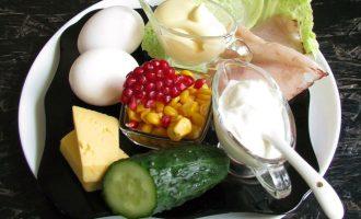 Яйца достать из холодильника, дать постоять при комнатной температуре (чтобы потом при варке не лопнули), промыть в слегка тепленькой воде и отварить вкрутую. Достаточно варить их после закипания воды 10 минут.