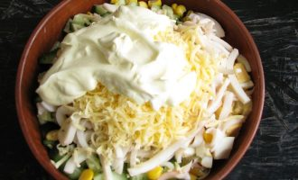 Напоследок высыпьте натертый сыр и заправьте соусом майонезом со сметаной.