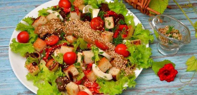 Салат с печенью и помидорами черри