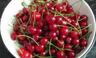 Для приготовления джема из вишни возьмите ягоды свежие и спелые, но допускаются слегка недозрелые и даже помятые.