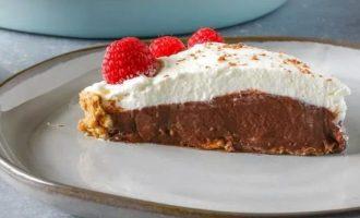 Шоколадный пирог с пудингом и малиной