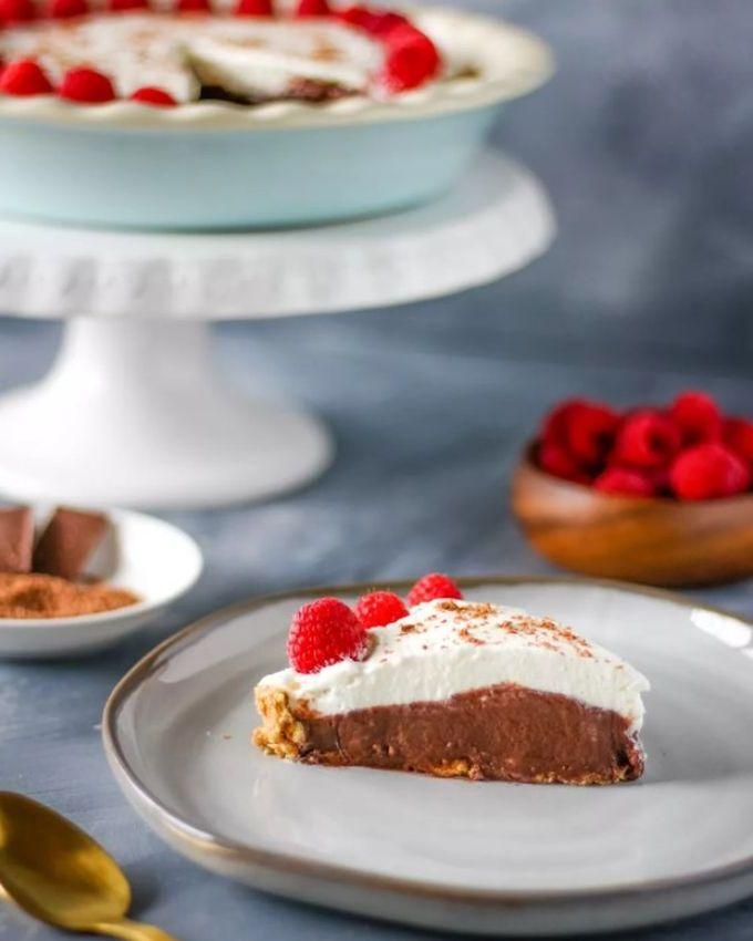 Поставьте десерт в холодильник на 20 минут и можно наслаждаться вкусом. Вместо малины также можно посыпать мелкими кусочками ананаса, персика и посыпать тертыми орехами.