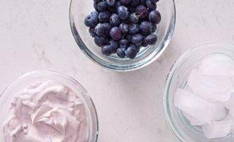 Перед приготовлением смузи из черники в блендере можете использовать припрятанные в холодильнике ягоды или же купить в свежем виде на рынке. Йогурт лучше выберите обезжиренный, чтобы избежать источники жира и калорий.