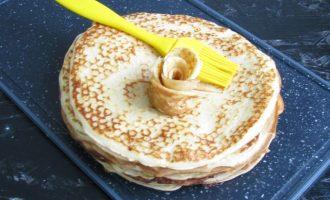 Смажьте растопленным сливочным маслом каждый блинчик при помощи силиконовой кисточки. Сливочное масло можно заменить на растительное.