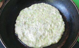 Тесто для лепешек из кабачков хорошо перемешайте, дайте ему постоять. После разогрейте сковородку вместе с растительным маслом и выложите столовой ложкой.