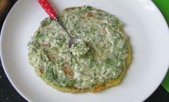 Далее приготовьте соус. Смешайте сметану, со сметаной, добавьте мелко измельченную зелень укропа и чеснок продавленный через чеснокодавку. Намажьте поверхность лепешки.
