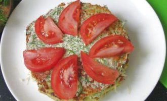 Сверху наложите вторую лепешку, вновь соус и разложите ломтики свежих помидоров.