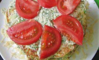 На завершающем этапе после второй стопки выложите третью лепешку, пропитайте соусом и украсьте верхушку свежими помидорами. Торт закуску из кабачков поставьте в холодильник на 6 часов, а после подавайте к столу.