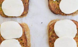 Добавьте кружочки сыра (моцареллы) к каждому квадратику, в зависимости от того, насколько сырные вы хотите, вы можете добавить больше или меньше сыра.