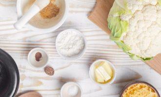 Перед приготовлением цветной капусты на пару с сырным соусом подготовьте все компоненты. Радует тот факт, что на сегодняшний день мы можем купить цветную капусту в свежем виде и в любое время года. Она должна быть без темных пятен и различного рода повреждений. Для соуса хорошо взять сыр чеддер и хорошего качества сливочное масло.