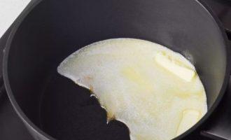Тем временем займитесь приготовлением сырного соуса. Для этого растопите сливочное масло на сковородке на слабом огне.