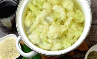В объёмную кастрюлю выложите все кочешки, залейте горячей водой, всыпьте соль, проварите в течение пяти минут и выложите в другую посуды, чтобы она остыла.