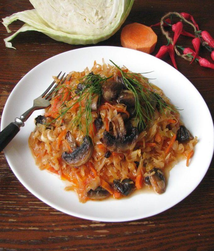 При подаче тушеной капусты с грибами можно украсить веточками свежего укропа или петрушки.