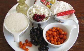 Для приготовления творожного пирога с ягодами подготовьте все ингредиенты, которые указаны в рецептуре.