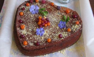 Творожный пирог с ягодами извлеките от формы, посыпьте апельсиновым сахаром и украсьте россыпью ягодами.