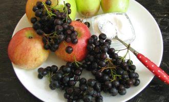 Для приготовления варенья из черноплодной рябины и яблок подготовьте все ингредиенты. Хорошо взять яблоки разных сортов, а также идеально подходит сорт яблок гольдин. Они мясистые, нежные и быстро доходят до готовности при варке. Если вам попались ягоды аронии суховатые, то их вначале залейте в холодной воде на 30 минут.