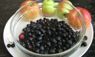 После, чтобы убрать терпкость ягод, обдайте их кипятком, подержите 5 минут, а затем вновь поместите в холодную воду. Удобно это делать в дуршлаге.