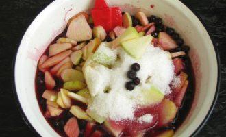 Пока заготовка из ягод стоит, в это время возьмите яблоки и очистите их от кожицы, разрежьте на 4 части, удалите семенные перегородки, семена и нарежьте их в виде пластинок. Нарезанные яблоки переложите с черноплодке, всыпьте остальной сахар и продолжите варку варенья, все время помешиваю на очень медленном нагреве в течение 15 минут.