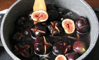 После сироп охладите, залейте плоды инжира и оставьте их для пропитки на 20 минут.