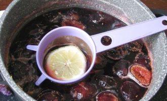 Сразу же еще влейте лимонный сок и проварите в течение пяти минут.