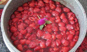 Отставьте ягоды в сторону, пусть постоят 4-5 часов, пока появиться обильное выделение сока.