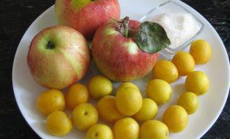 Вначале подготовьте для варенья из желтой алычи и яблок все компоненты: яблоки возьмите сладких или полусладких сортов, а также желтую алычу и сахар.