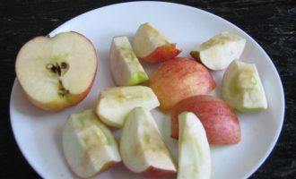 Далее яблоки разрежьте на кусочки одинакового размера. Вначале яблоки поделите пополам, на дольки, а потом каждую дольку на несколько кусочков.