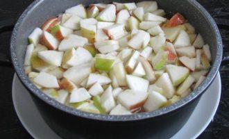 В удобную посуду выложите яблочную нарезку и налейте воды.