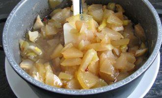 Поставьте яблочную заготовку варить, слегка помешивая. Следите, чтобы яблоки не пригорели.