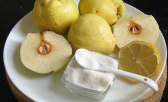 Для приготовления вкусного варенья из айвы следует выбрать плоды айвы желтые и без повреждений. Также потребуется сахар, лимон и вода. Зерна внутри плодов должны быть черненькие — признак спелости.