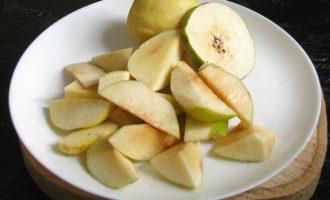Айву вытереть от природного налета, который расположен по всей поверхности плодов, потом промыть и нарезать на дольки.