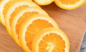 Апельсин хорошо промойте в воде. При этом используйте легкую удобную щетку. А после нарежьте на кружочки.