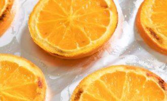 Запеките апельсиновые кружочки в течение 5-6 минут или пока они не подрумянятся. Потом отложите, чтобы они полностью остыли. Используйте фольгу, чтобы облегчить уборку при жарении; не используйте пергаментную бумагу, которая может гореть, или стеклянную посуду, потому что она может треснуть или расколоться под действием тепла.