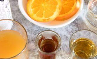 Теперь подготовьте компоненты для коктейля. Для получения свежего яблочного сока возьмите свежие яблоки, которые имеют приятный аромат. Набор алкогольных напитков и для легкого шипения понадобится газированная вода.