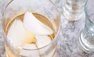 Наполните стакан льдом наполовину, и добавьте ром и амаретто.