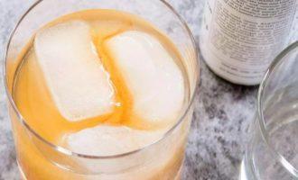 Еще дополните в стакан яблочный сидр и биттер.