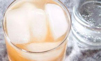 В конце влейте яблочный сидр и газированной воды сверху и аккуратно перемешайте.