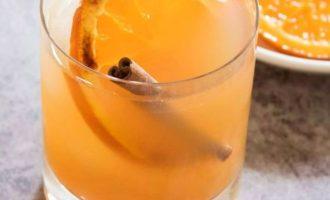 Украсьте карамелизированный апельсином и палочкой корицы. Подавайте и наслаждайтесь.