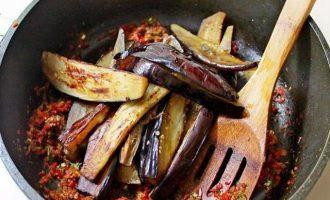 На завершающем этапе в эту же сковородку выложите поджаренные баклажаны, все перемешайте, подсолите, если нужно по своему вкусу и притомите при слабом нагреве в течение 3-5 минут.