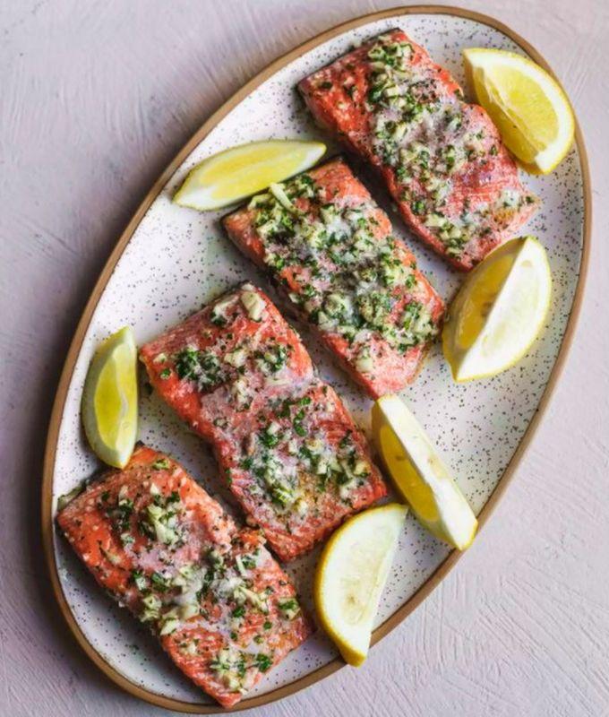 Запеченный лосось с чесноком и зеленью петрушки